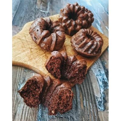 Шоколадные кексы с фруктовым пюре и орехами